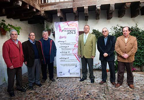 El delegado de Cultura, Juan Miguel Moreno Calderón, junto a representantes de las peñas que participan en el ciclo. Foto: Toni Blanco.