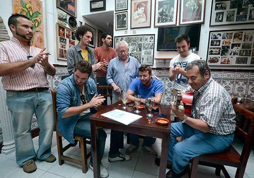 El guitarrista Merengue de Córdoba junto a algunos de los miembros de la peña flamenca que lleva su nombre. Foto: Toni Blanco.