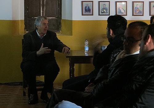 Manuel Bohórquez en uno de los momentos de su conferencia en Puente Genil. Foto: cordobaflamenca.com