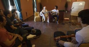 Alumnos del Festival de la Guitarra de Córdoba en uno de los cursos impartidos por el maestro Manolo Sanlúcar. Foto: Toni Blanco.