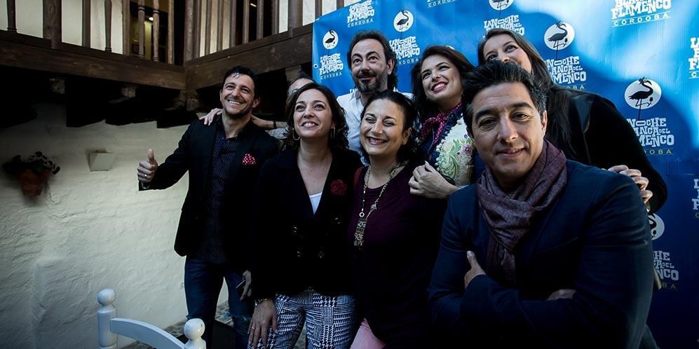 La alcaldesa de Córdoba, Isabel Ambrosio, junto a algunos de los artistas que participarán en la Noche Blanca del Flamenco 2016. Foto: Miguel Valverde.