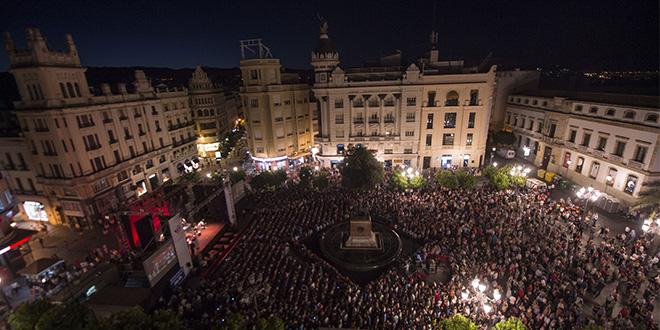 El público volvió a llenar Las Tendillas en el concierto inaugural de la Noche Blanca. Foto: Rafa Alcaide.