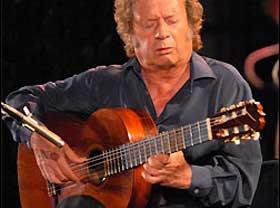 Foto del guitarrista madrileño Victor Monge Serranito en uno de sus conciertos