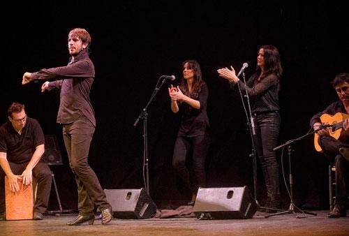 Dani Navarro y su grupo en la Gala Flamenca de Navidad de la Cátedra de Flamencología