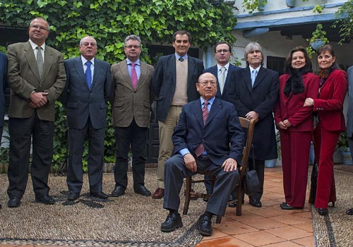 Antonio Fernández Díaz 'Fosforito' posa junto a autoridades y miembros de la Fundación. / Foto: Toni Blanco.