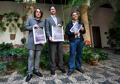 Dorantes junto al director de la Fundación Cajasur, Ángel Cañadilla, y el responsable de la organización del ciclo, José María Castaño. Foto: Toni Blanco.