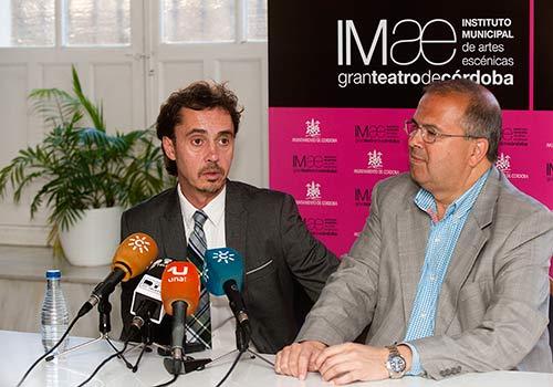 Paco Serrano y el delegado de Cultura, Juan Miguel Moreno Calderón, en la sala de prensa del Gran Teatro. Foto: Toni Blanco.
