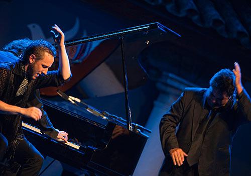 Manuel Linán, Antonio Campos y Pablo Suárez al piano en las 'Noches Flamencas de Viana'. Foto: Toni Blanco.