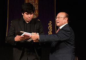José Muñoz recibiendo de manos de Fosforito el primer premio del Certamen de Jóvenes Flamencos de Córdoba. Foto: Toni Blanco.