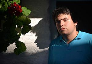 José Muñoz posa en el patio de la Posada del Potro. Foto: Toni Blanco.