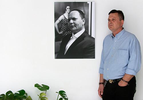 El fotógrafo Pepe Díaz junto a uno de los retratos de El Pele de su exposición en el Palacio de Orive. Foto: Toni Blanco.