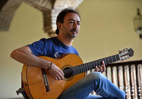 José Antonio Rodríguez posa en uno de los patios del Palacio de Congresos de Córdoba. Foto: Toni Blanco.