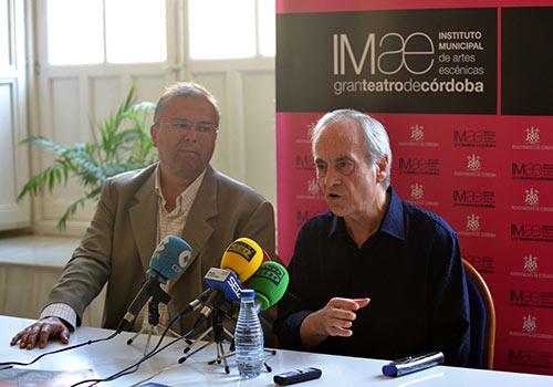 Paco Peña y el Teniente Alcalde de Cultura, Juan Miguel Moreno Calderón, en la presentación del espectáculo 'Quimeras'. Foto: Toni Blanco.