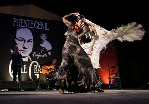 Lola Pérez y su grupo en uno de los momentos de su actuación en Puente Genil. Foto: Miguel Valverde.