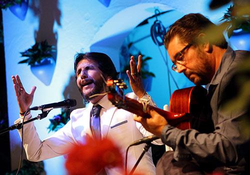 Antonio Reyes junto a la guitarra de Antonio Higuero en uno de los momentos de su actuación. Foto: Rufo.