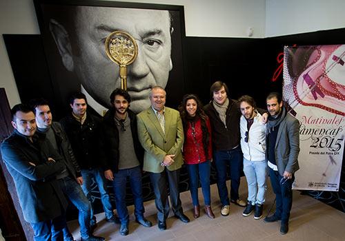 El teniente de alcalde de Cultura, Juan Miguel Moreno Calderón, junto a algunos de los artistas que participan en los ciclos. Foto: Miguel Valverde.