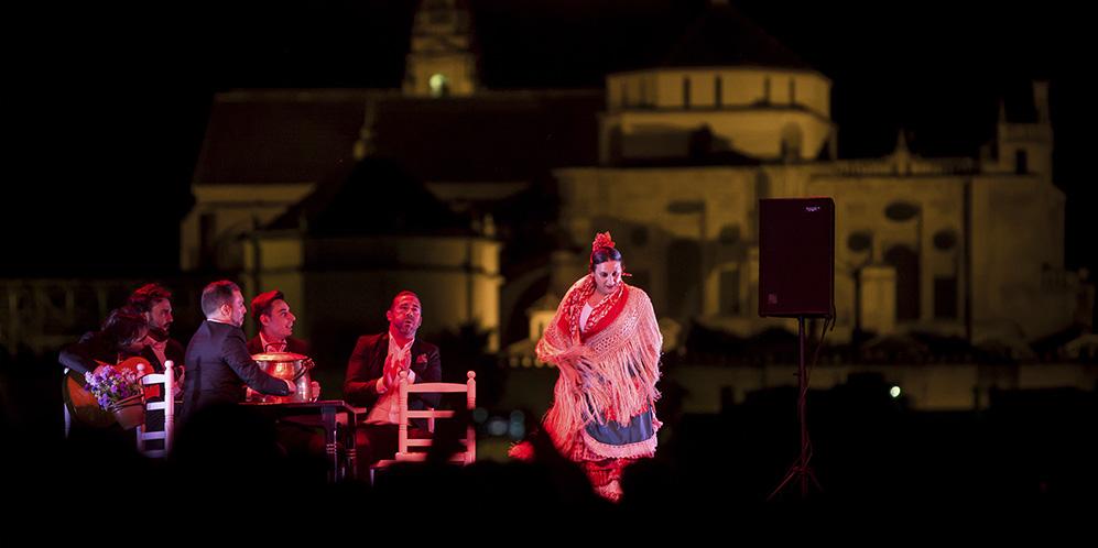 Espectáculo de baile de La Lupi junto al Puente Romano. Foto: Miguel Valverde.