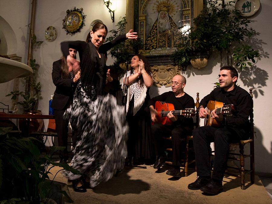 Experiencias de flamenco en Córdoba. Cenas Flamencas en Patio Cordobés.