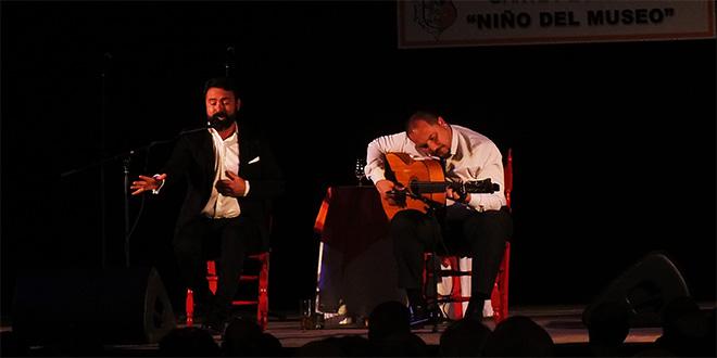 José Olmo y el guitarrista Antonio Migueles, durante la final del Concurso Niño del Museo de Adamuz.