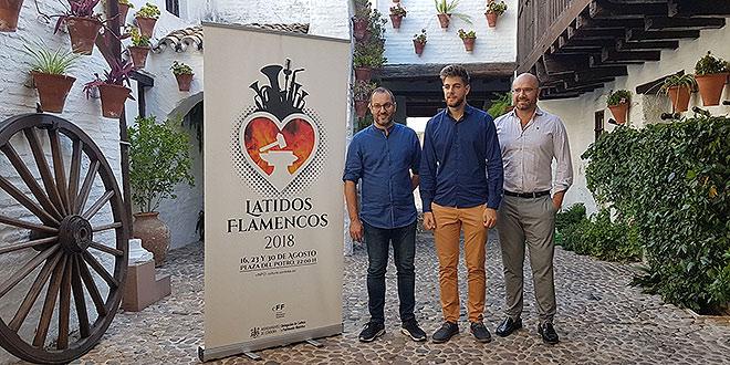 El pianista Andrés Barrios, en el centro, en la presentación del ciclo 'Latidos Flamencos' en la Posada del Potro. Foto: cordobaflamenca.com