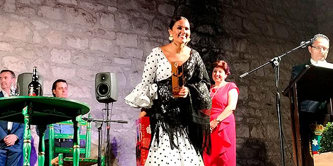 Araceli Campillos saluda al público tras recibir el premio del Concurso Nacional de Fandangos de Lucena.