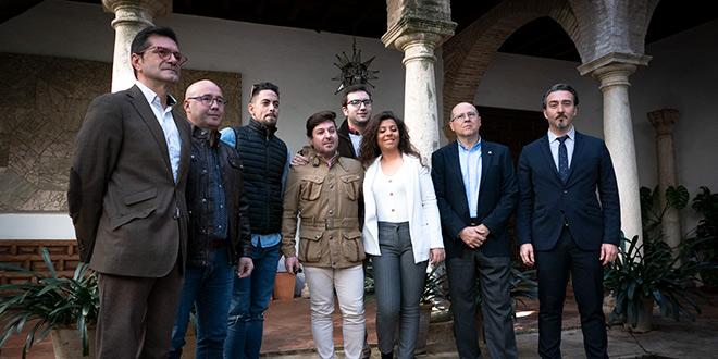 Artistas participantes en el ciclo junto a representantes de la Fundación Cajasur, momentos antes de presentar el ciclo 'Flamenco en la Magdalena'. Foto: A. Higuera.