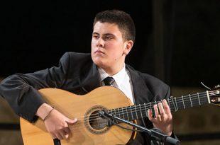 El guitarrista cordobés Juan José León durante su actuación en la final del Certamen de Jóvenes Flamencos de Córdoba 2013. Foto: M.Valverde.