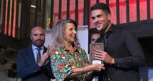 El guitarrista cordobés Juan José León recibe el premio del Concurso Talento Flamenco de la Fundación Cristina Heeren. Foto: Fundación Cristina Heeren.