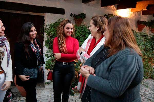 La delegada de Cultura del Ayuntamiento de Córdoba, Blanca Torrent, la delegada de Cultura de Diputación de Córdoba, Salud Navajas, y la presidenta de la Fundación Cristina Heeren, junto a jóvenes artistas en la Posada del Potro. Foto: Rafael Merino.