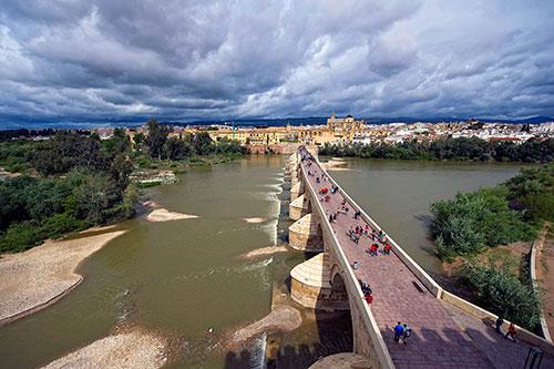 Córdoba de noche - Mezquita de Córdoba de noche - Visita nocturna Córdoba - Puente Romano de noche - Visitas guiadas a Córdoba - Córdoba a pie - Tours en Córdoba - Visita a Córdoba con guía oficial