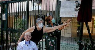 La delegada de Cultura, Marian Aguilar, descubre la placa conmemorativa junto a los familiares del cantaor Javier Márquez 'Monillo'. Foto: A. Higuera.