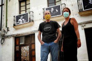 El fotógrafo Toni Blanco y la delegada de Cultura, Marian Aguilar, en la presentación de la exposición 'Maestrías'. Foto: A. Higuera.