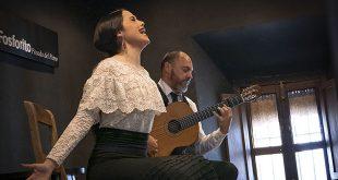 La cantaora Rocío Luna y el guitarrista Chaparro Hijo, en una reciente actuación en el Centro Flamenco Fosforito. Foto: A. Higuera.
