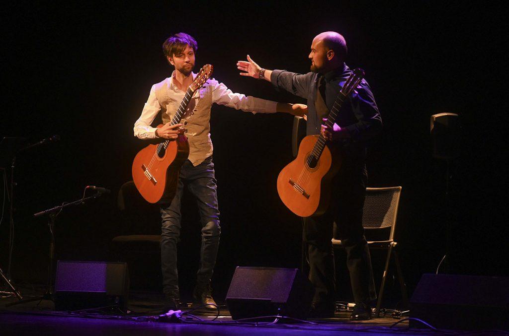 Los guitarristas David Carmona y Santiago Lara, en uno de los instantes de su actuación en el Teatro Góngora. Foto: Festival de la Guitarra.