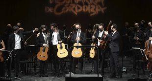 El guitarrista Juan Manuel Cañizares junto al Cuarto de Guitarras de Andalucía y al director de la Orquesta de Córdoba, Carlos Domínguez. Foto: Festival de la Guitarra.